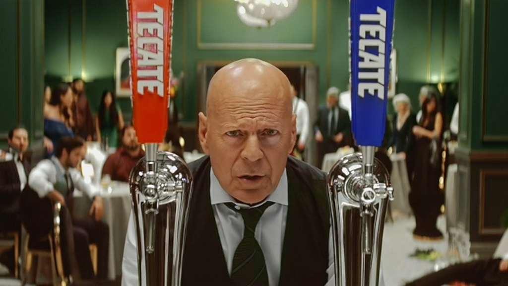 Bruce Willis y cerveza tecate